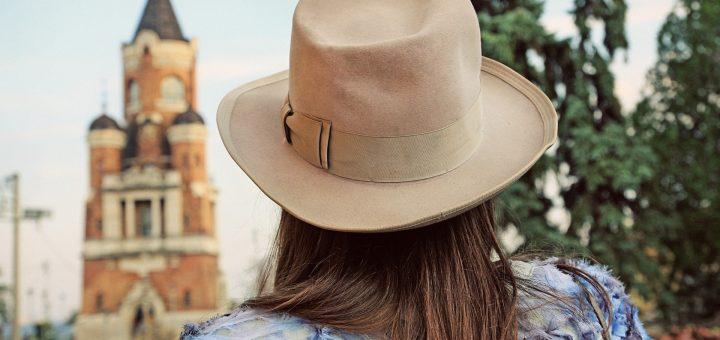 Devojka sa šeširom